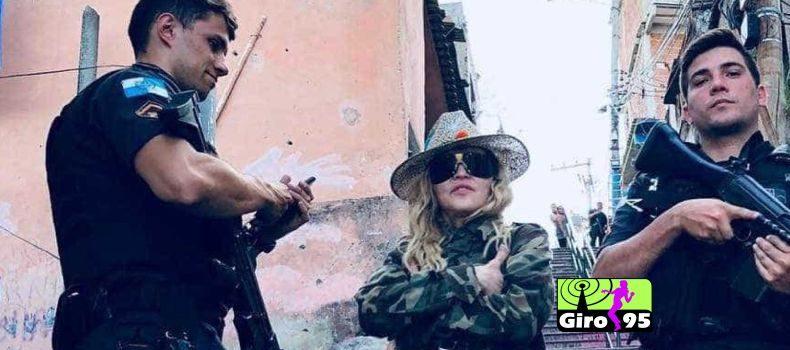 Madonna tira foto em favela do RJ ao lado de PMs