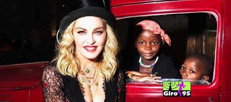 Madonna mostra filhas cantando 'Bumbum Granada'