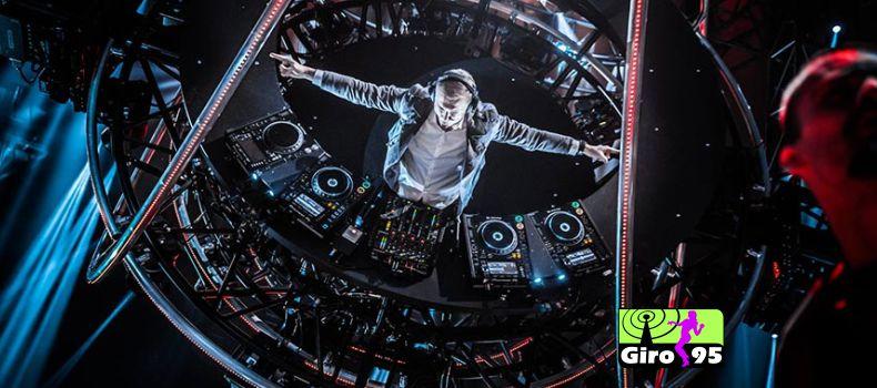 Tocando de cabeça para baixo Armin van Buuren surpreende fãs