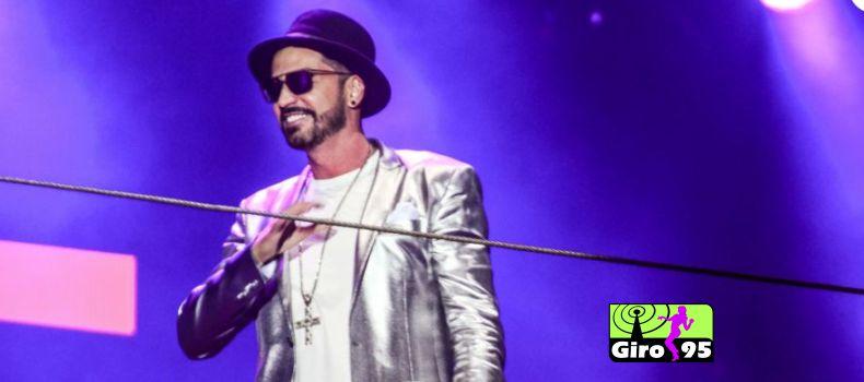 Latino faz show em réveillon na Paulista e reclama de som