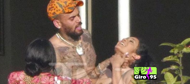 Chris Brown é flagrado em foto segurando em pescoço de mulher