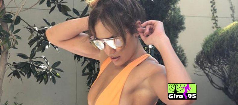 Jennifer Lopez posta foto de maiô e fã questionam montagem