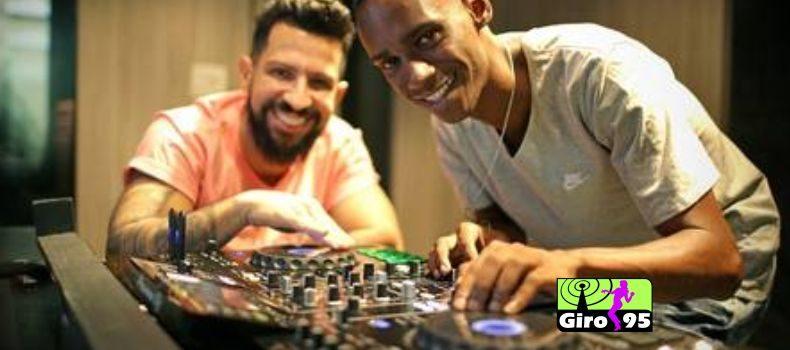 DJ preso injustamente por morte no Rio, Leonardo ganha equipamento de Dennis DJ
