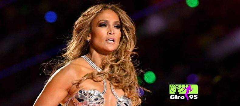 Jennifer Lopez é criticada após posar pelada em foto